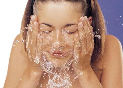 Resultado de imagen para persona lavandose la cara