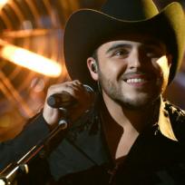 Gerardo Ortiz enamoró todavía más a sus seguidores después de invitar a uno de sus más pequeños fans a cantar con él.