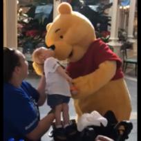 Winnie the Pooh realiza noble gesto a niño y video se hace viral