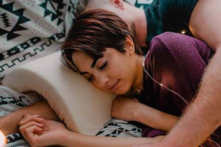 Crean almohada para dormir de cucharita para que no se duerma el brazo