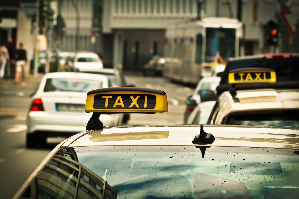 Taxista sufre de calor y se pone falda para refrescarse