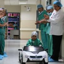 Bye camillas, niños van en carritos al quirófano para reducir su miedo