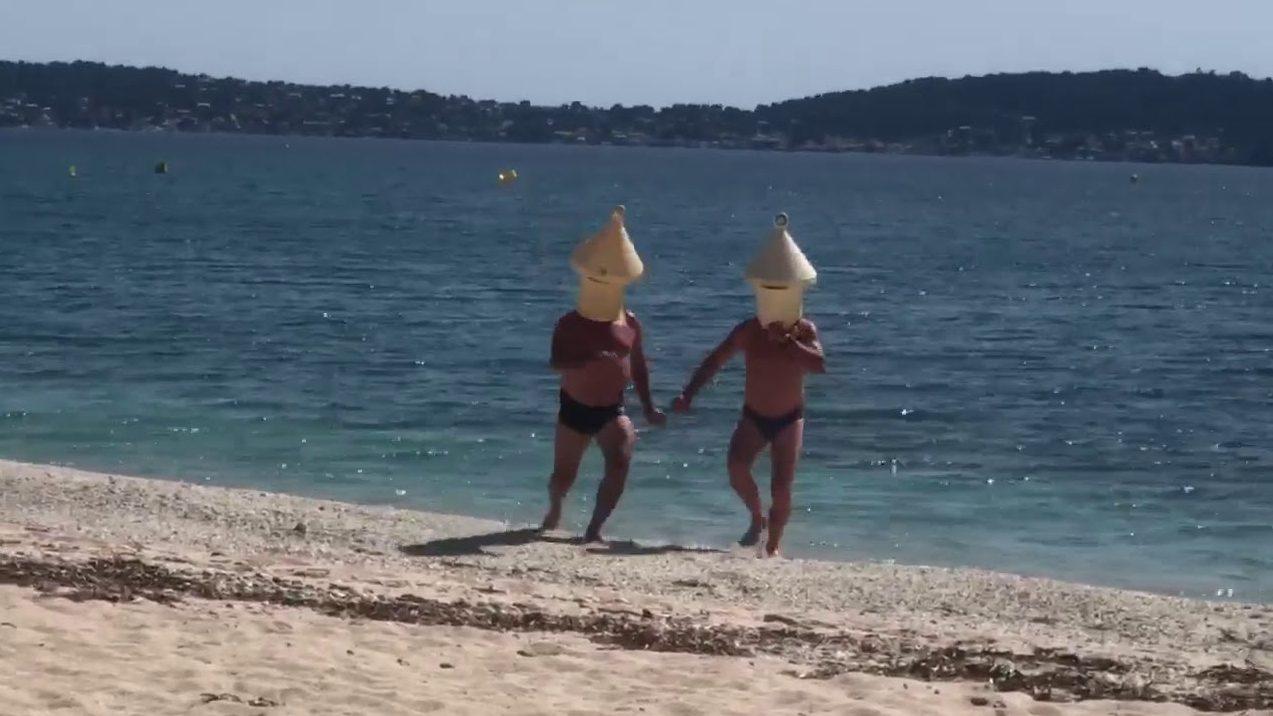 Se disfrazan de boyas para poder estar a nadar al mar