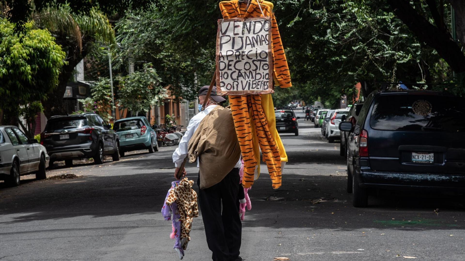 Abuelito intercambia ropa por víveres en las calles de la CDMX