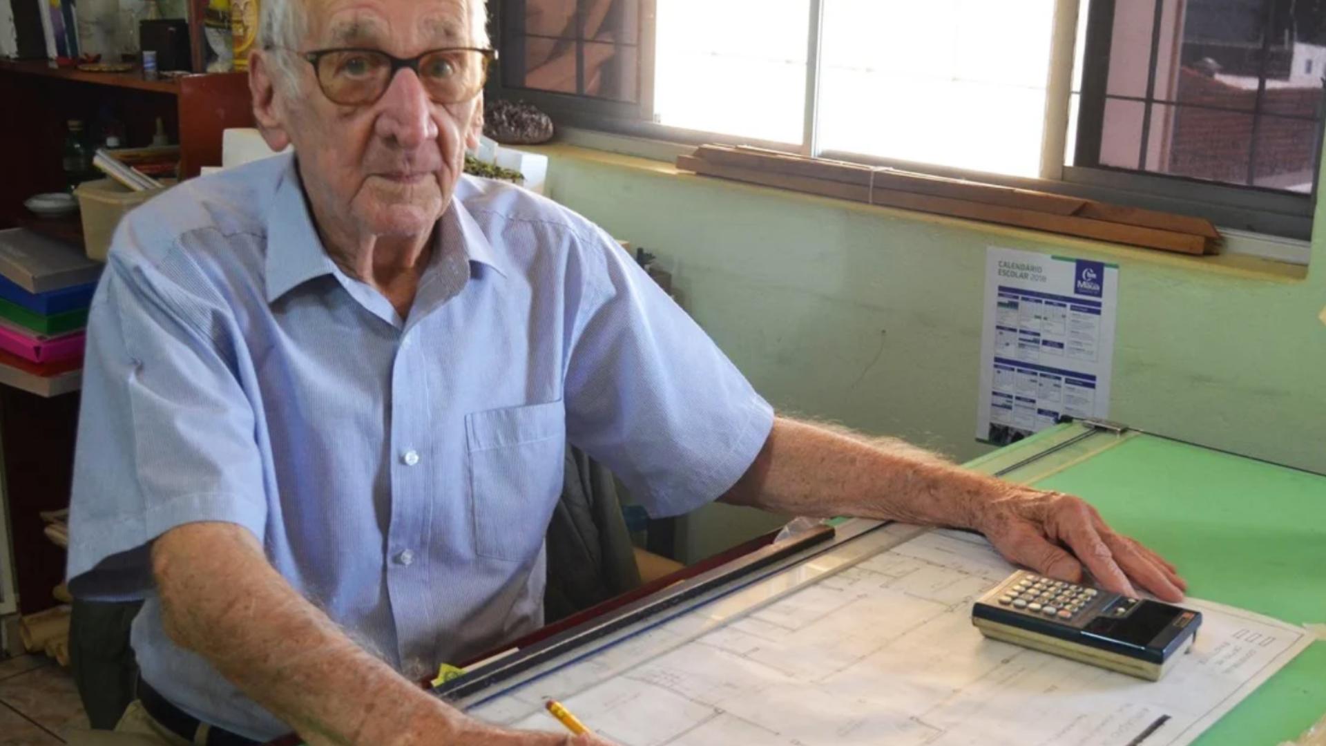 Abuelito cumple su sueño de estudiar arquitectura a sus 92 años