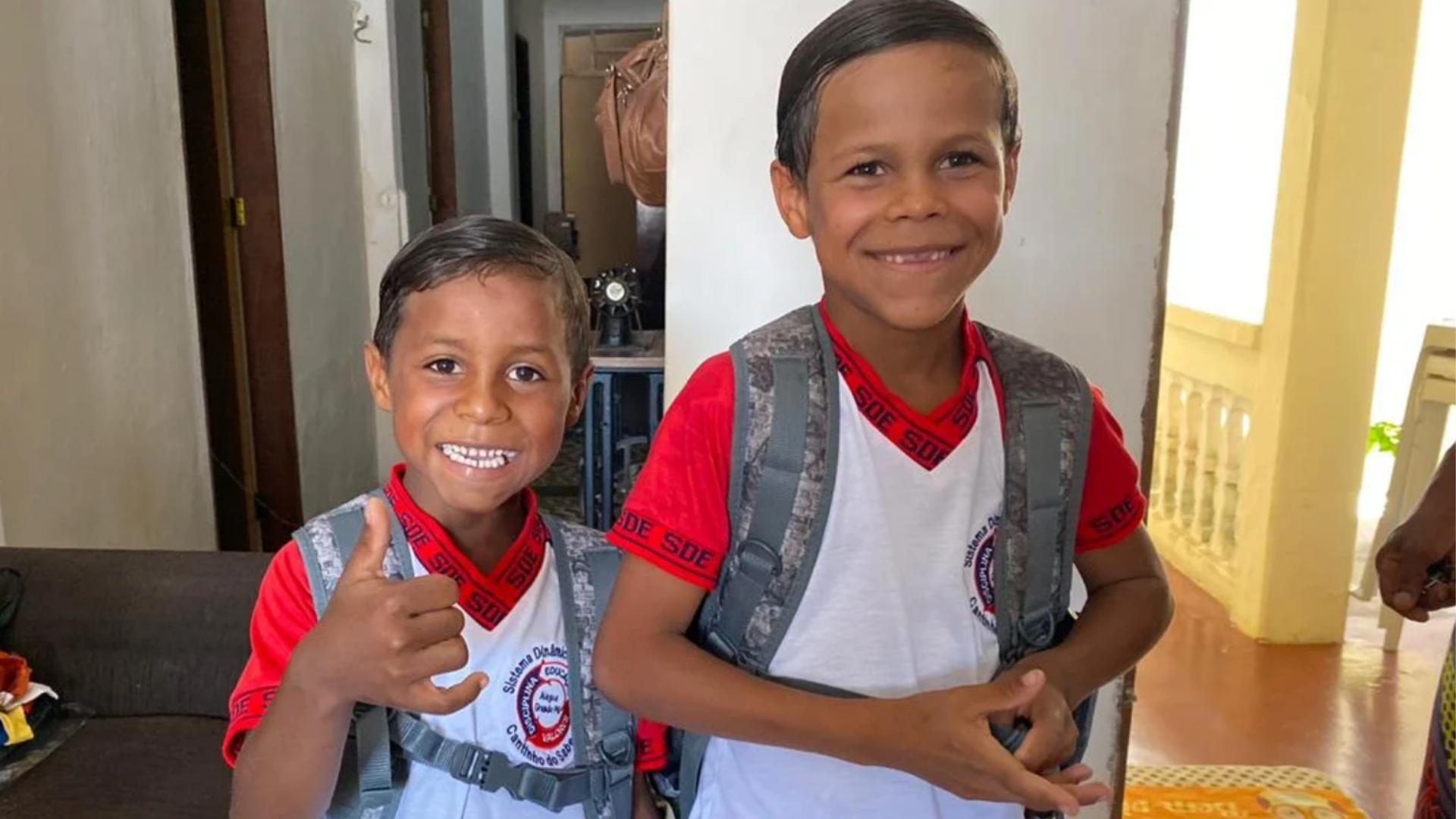 Hermanitos venden fruta en la carretera y han logrado asistir a la escuela