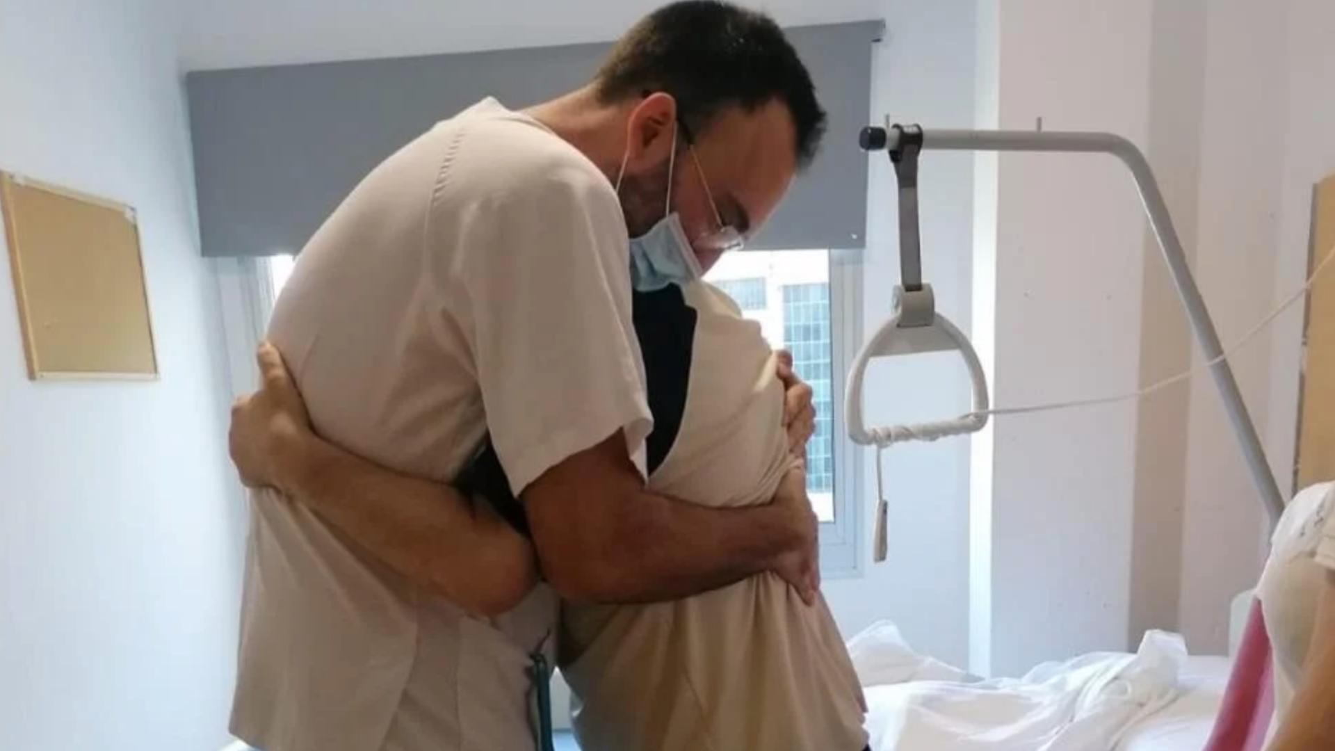 Venció el Covid-19 y se despide de su enfermero con un gran abrazo
