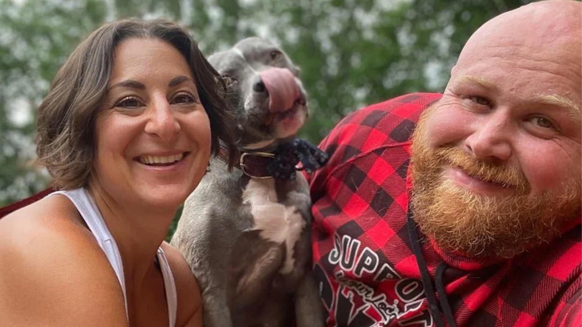 Pareja adopta a 20 perritos viejitos y acomoda su casa para ellos