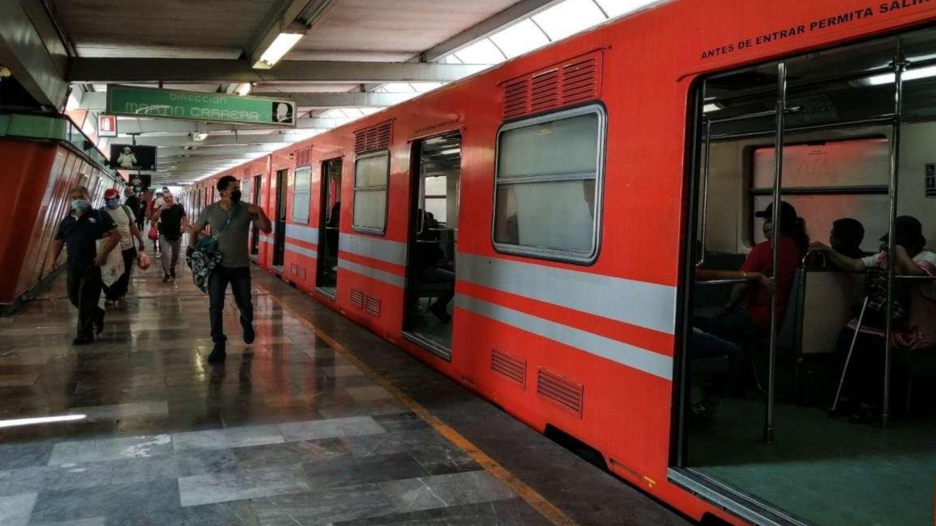 Usuario del metro hace lindo gesto y regresa cartera con $5,000