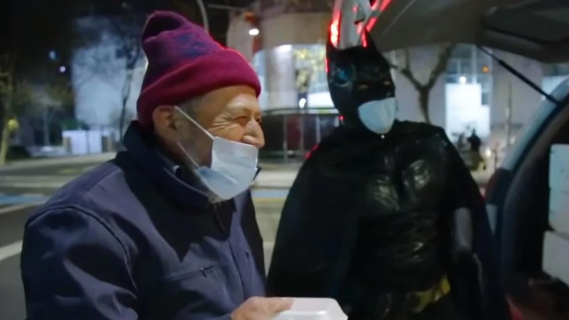Se disfraza de Batman y sale a repartir comida a gente en situación de calle