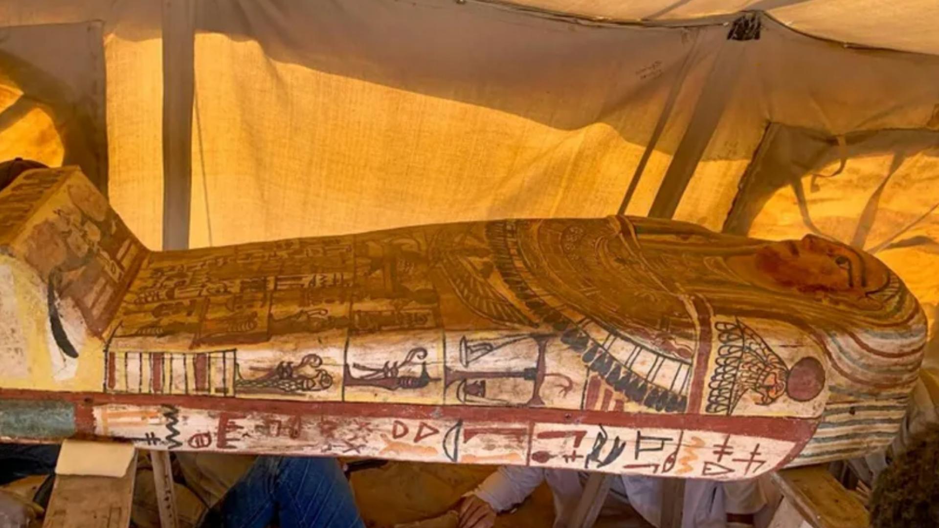 Descubren 27 sarcófagos enterrados en Egipto de 2,500 años
