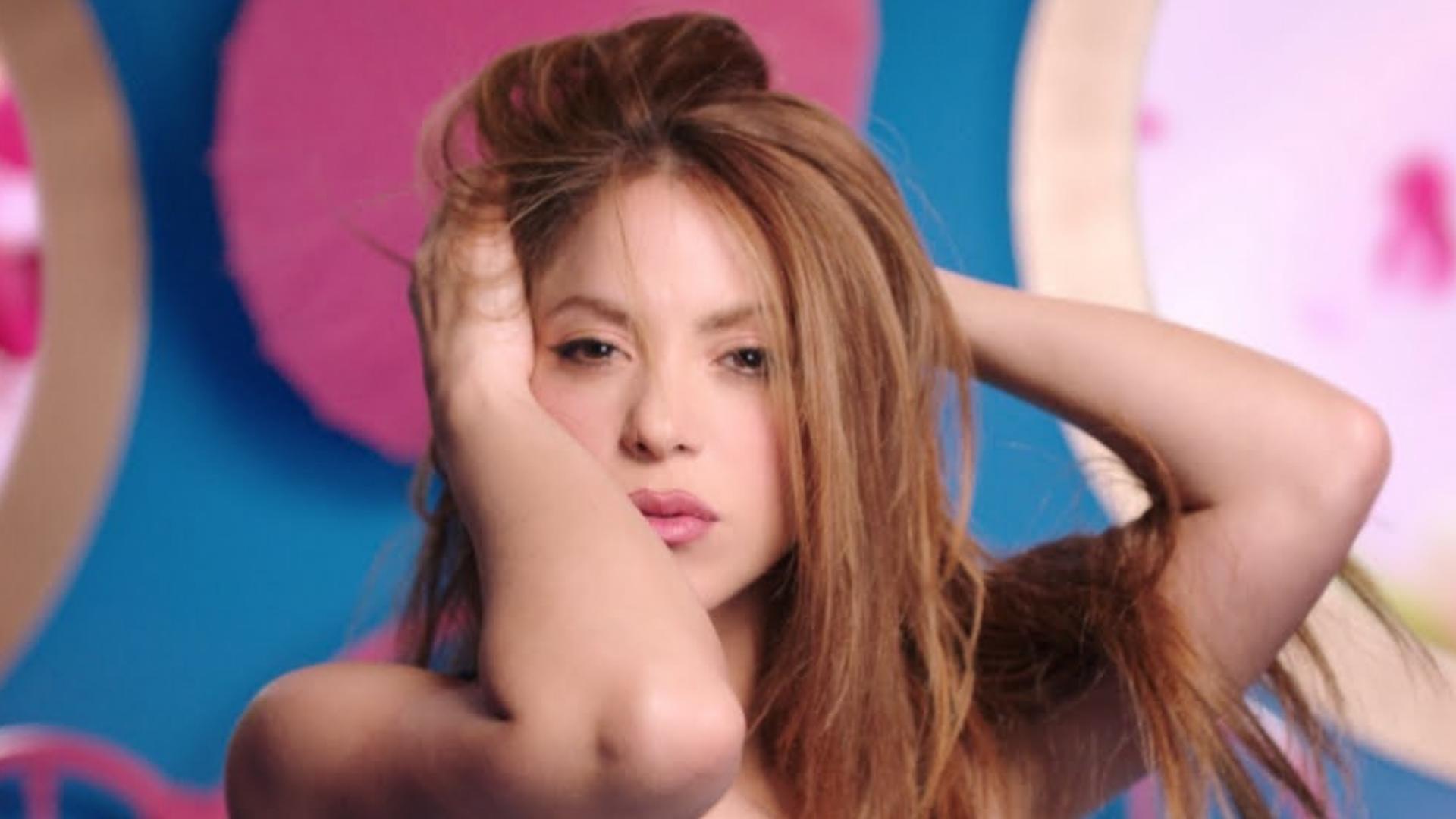 Shakira sorprende a sus fans al salir a la calle sin blusa