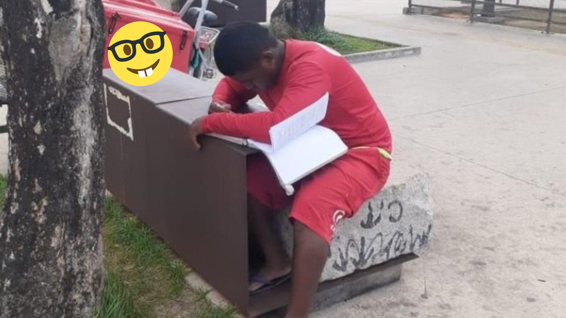Vendedor de helados es sorprendido estudiando y le dan una beca