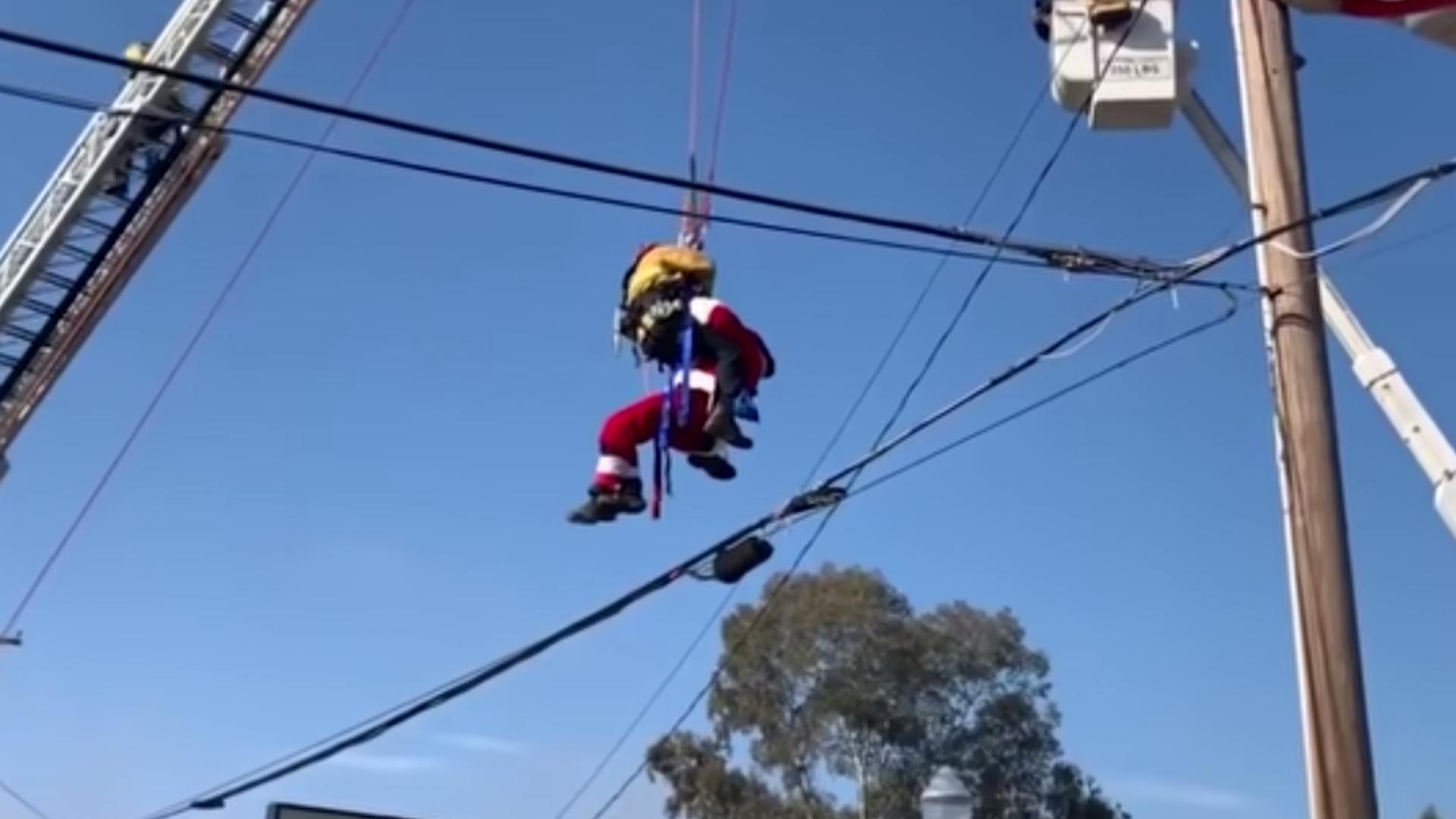 Santa Claus es rescatado después de enredarse en los cables eléctricos