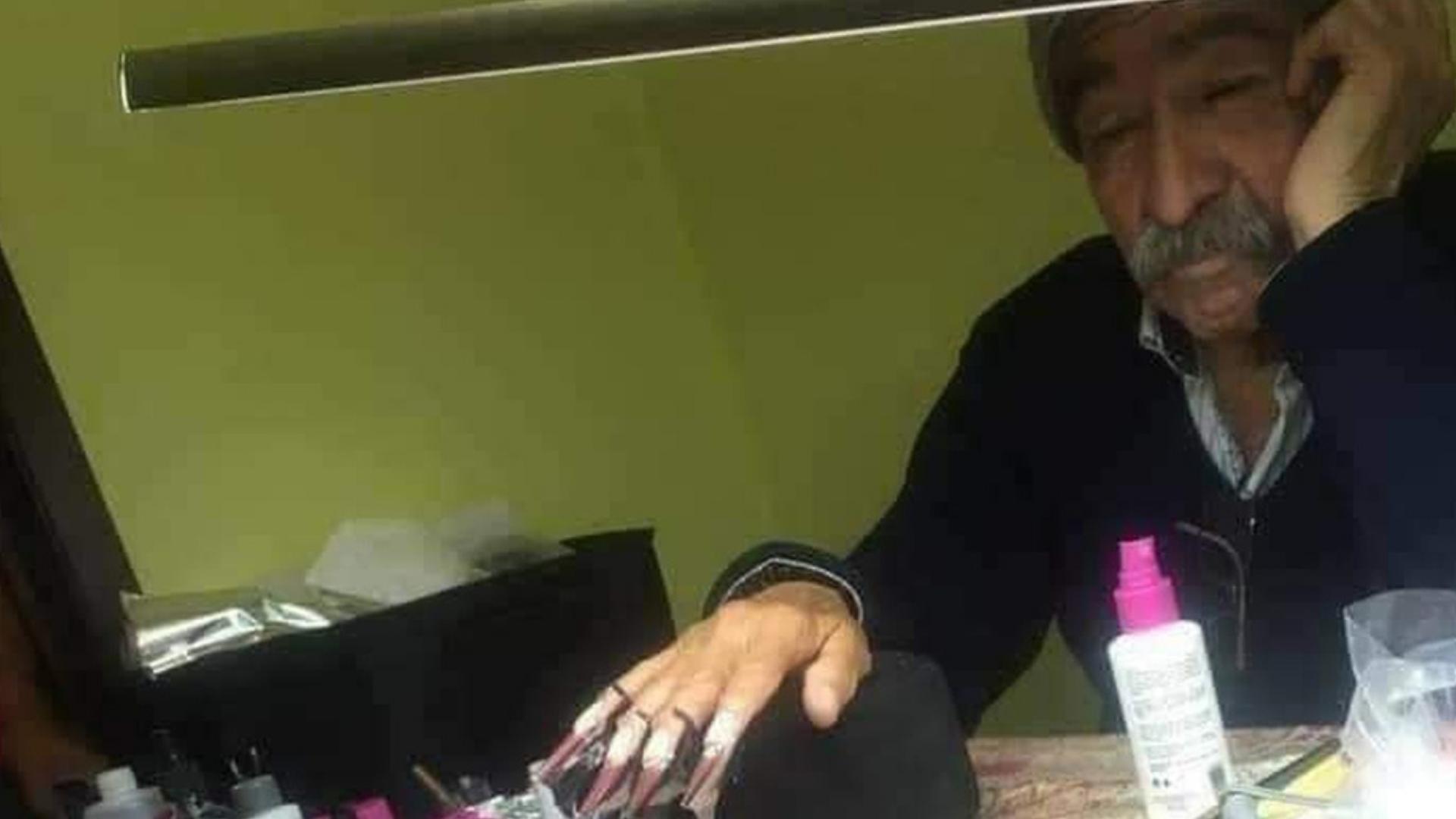 Padre conmueve al ser modelo de uñas para el examen final de su hija