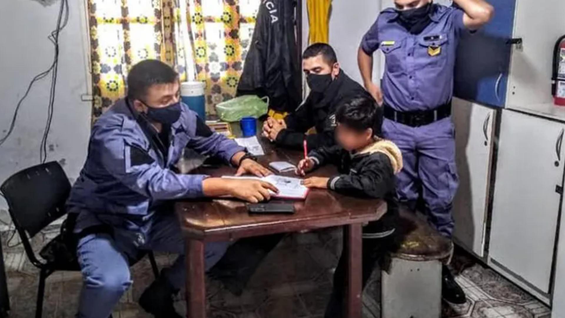 Mamá pide ayuda a la policía porque su hijo no quería hacer la tarea