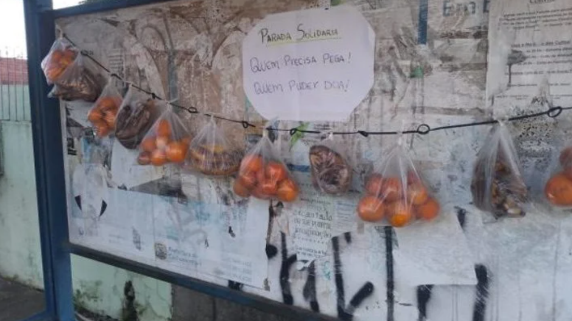 Vecinos dejan fruta en una parada de autobús para los que necesiten